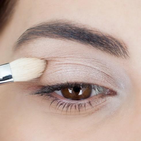 Trang điểm mắt khói đẹp với tông nâu bước 1