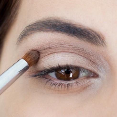 Trang điểm mắt khói đẹp với tông nâu bước 2