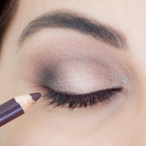 Trang điểm mắt khói đẹp với tông nâu bước 4