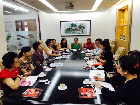 Hai bên đã trao đổi tình hình hoạt động của IWFCI quốc tế và của HAWEE.