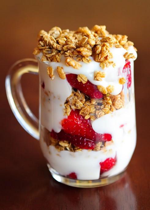 bữa ăn sáng gồm sữa chua, ngũ cốc và trái cây