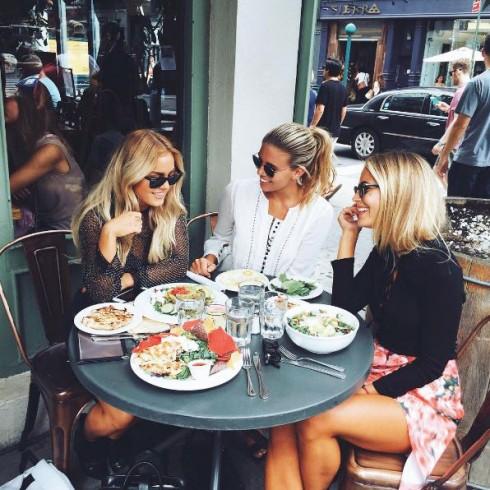 Natasha Oakley ăn uống cùng bạn bè