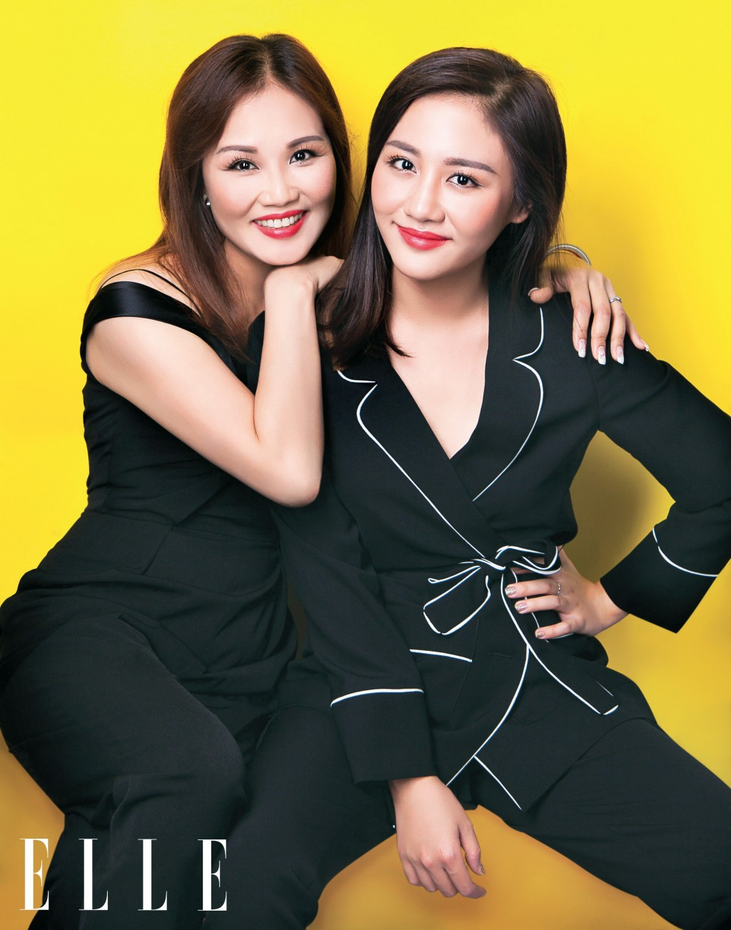 ca sĩ văn mai hương cùng mẹ trong trang phục màu đen ấn tượng