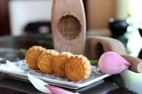 Những chiếc bánh nhỏ xinh được làm hoàn toàn bằng tay từ những nguyên liệu được lựa chọn cẩn thận, thể hiện rõ sự tỉ mỉ và cẩn trọng của người đầu bếp.