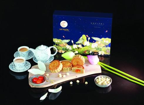 Thiết kế hộp tái hiện bức tranh sơn mài đầm sen vọng nguyệt, là hình ảnh biểu trưng đầy thẩm mỹ của các giá trị truyền thống.