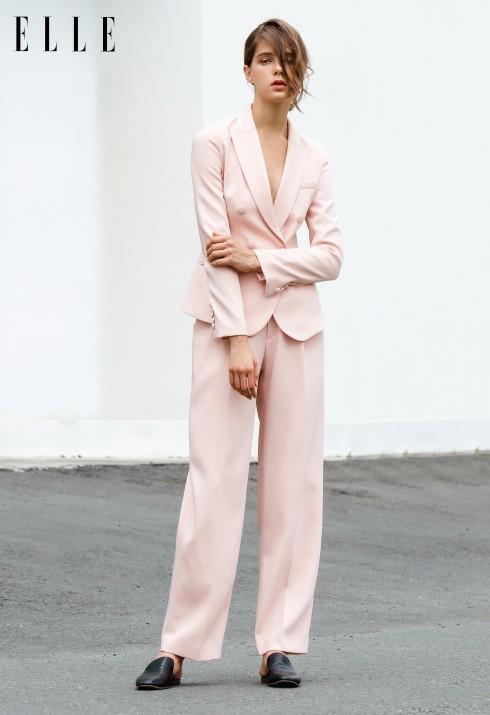Với những bộ suit theo phong cách menswear có phom dáng rộng rãi, hãy chọn sắc màu pastel để thêm nữ tính và ngọt ngào. (Trang phục Đặng Hải Yến)