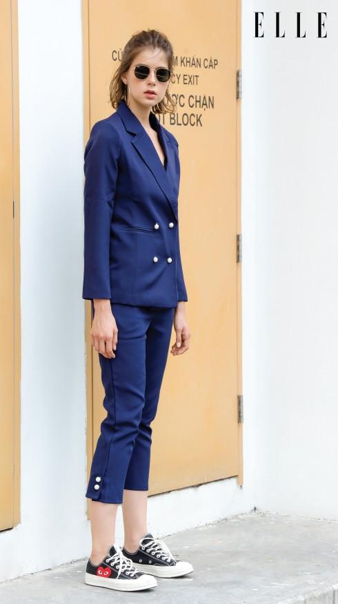 Bộ suit xanh hai hàng nút màu đồng toát lên vẻ mạnh mẽ và cá tính. (Trang phục Madamn)