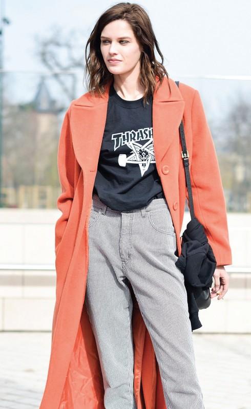 chiếc áo thun in hình Graphic Tee phối với áo blazer phong cách