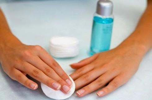 Tẩy sạch lớp sơn cũ làm móng tay đẹp