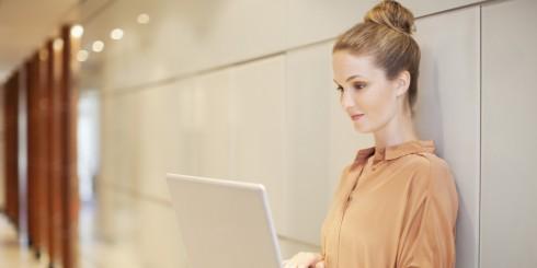 Phụ nữ làm việc nơi công sở