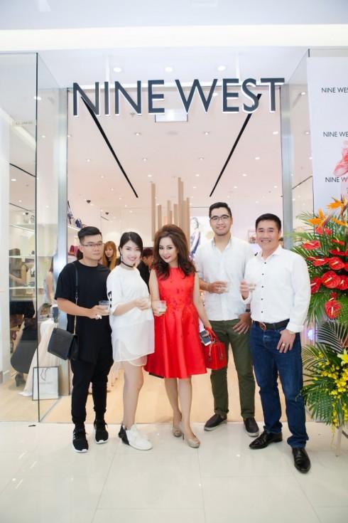 Giám đốc nhãn hàng, Bà Nguyễn Minh Diệp cùng Ông Nguyễn Thế Hùng nồng nhiệt tiếp đón những khách hàng thân thiết