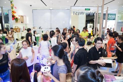 có tiệc nhẹ và những bản phối sôi động của DJ tại Nine West Sai Gon centre