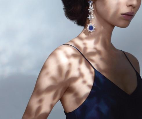 Mẫu hoa tai được làm từ chất liệu vàng trắng 18ct với tâm điểm là đá sapphire và kim cương cắt hình tròn và hình hạt dưa.