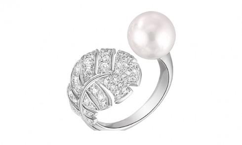 Mẫu nhẫn tay Perle Plume với thiết kế mô phỏng cọng lông vũ được chế tác từ vàng trắng 18K, viên ngọc trai và kim cương.