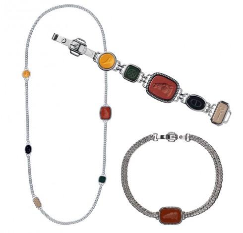 Vòng cổ và vòng tay ấn tượng với những viên đá trang trí nhiều màu sắc. Vòng cổ choker dạng dây xích được trang trí bằng mặt đá khắc hình ngựa.