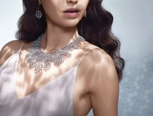 Vòng cổ bằng vàng với điểm nhấn kim cương cắt hình hạt dưa cùng mẫu hoa tai đồng điệu về thiết kế.