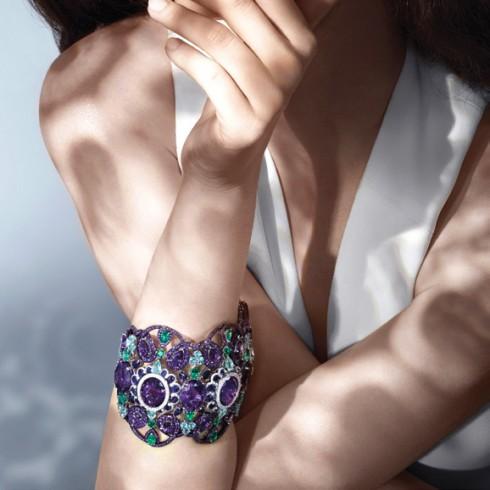 Vòng tay được làm từ vàng trắng và titanium cùng đá thạch anh tím, sapphire, đá tourmalines, đá cẩm thạch và kim cương.