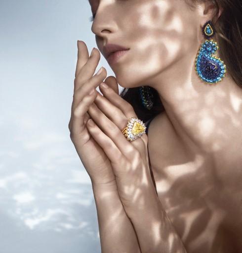 Nhẫn đeo tay được làm từ vàng hồng kim cương cắt hình hạt dưa. Hoa tai làm từ vàng trắng 18ct và titanium cùng đá topaz cắt hình tròn và sapphire.
