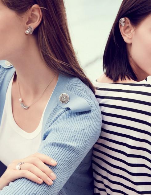 Hoa tai và vòng cổ Perle Plume được thiết kế mềm mại bằng vàng trắng 18K, ngọc trai và kim cương.