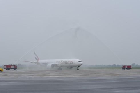 Chuyến bay mở đầu mang số hiệu EK388 từ Dubai đã hạ cánh tại Sân bay Quốc tế Nội Bài, Hà Nội vào lúc 15 giờ 30 phút giờ Hà Nội, và được chào đón bằng lễ phun nước truyền thống.
