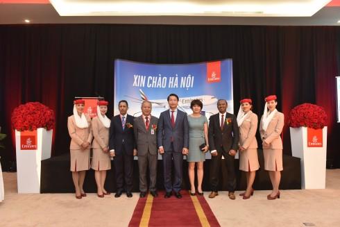 Các vị khách quý chụp ảnh lưu niệm cùng ông Haitham Al Battawy - Tổng giám đốc Hãng hàng không Emirates (thứ ba từ bên phải sang)