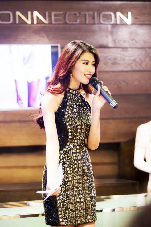 Người mẫu Chế Nguyễn Quỳnh Châu dẫn dắt chương trình trong vai trò MC sự kiện