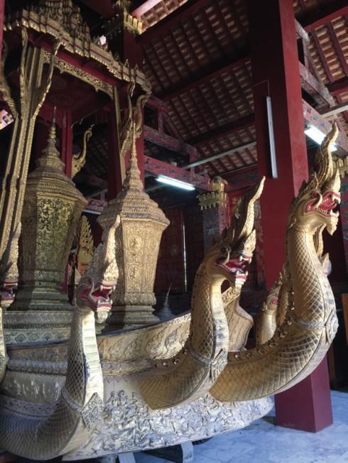 Cỗ xe của hoàng gia nổi bật với sắc vàng và được trang trí bằng 5 rắn thần Naga
