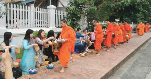 Lễ Alms Giving vào mỗi sáng sớm trong làng