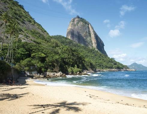 """Bãi biển Ipanema yên ắng vào buổi trưa trông ra núi """"Viên Đường"""""""