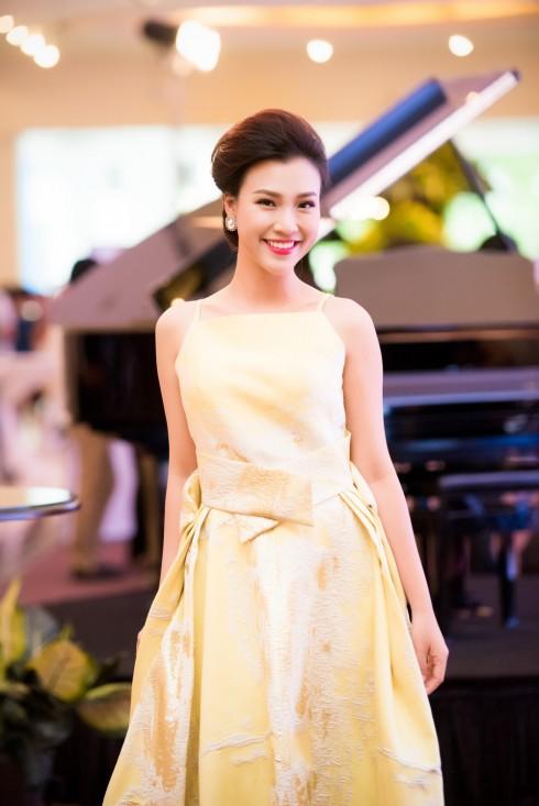 Á hậu Hoàng Oanh