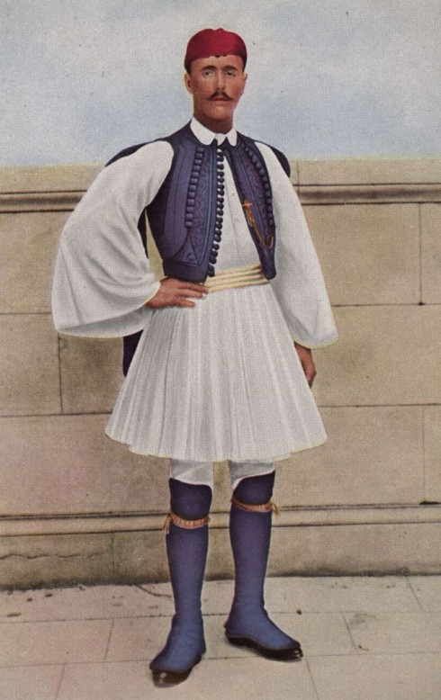 Năm 1896, các vận động viên điền kinh có lối ăn mặc khá rườm rà và cầu kỳ. Trong ảnh là vận động viên Spyridon Louis, giành chiến thắng cuộc đua marathon 40 km tại đấu trường Olympics đầu tiên được tổ chức tại Athens, Hy Lạp. Vào thời điểm này, phụ nữ vẫn chưa được phép tham gia thế vận hội.