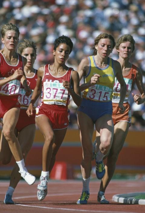 Các nữ vận động viên trên đường chạy 800 m tại Los Angeles trong trang phục khoẻ khoắn và dễ vận động.