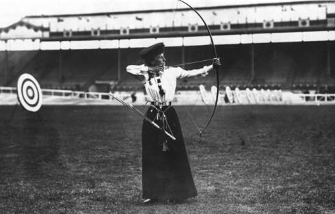 Queenie Newall tại giải bắn cung nữ