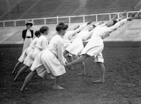 Tuy vậy, trang phục của các vận động viên thể dục đã có sự cách tân, với chiếc quần ống rộng dài tới đầu gối và áo dài tay, chất liệu mỏng nhẹ hơn.