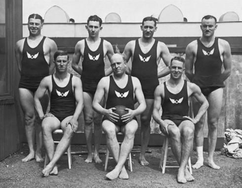 Trong khi đó, trang phục của các vận động viên nam đã có sự chuyển biến đáng kể, với chiếc quần ngắn bó sát và áo ba lỗ.