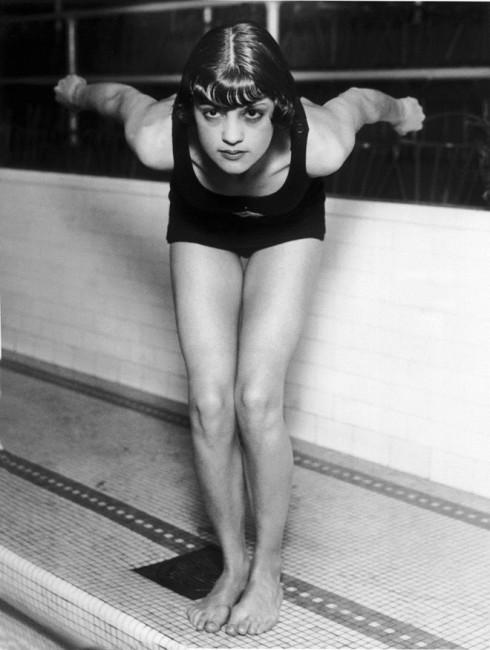 Vận động viên bơi nữ của Mỹ - Jane Fauntz sẵn sàng bước xuống đường đua tại thế vận hội Olympics Chicago năm 1928.