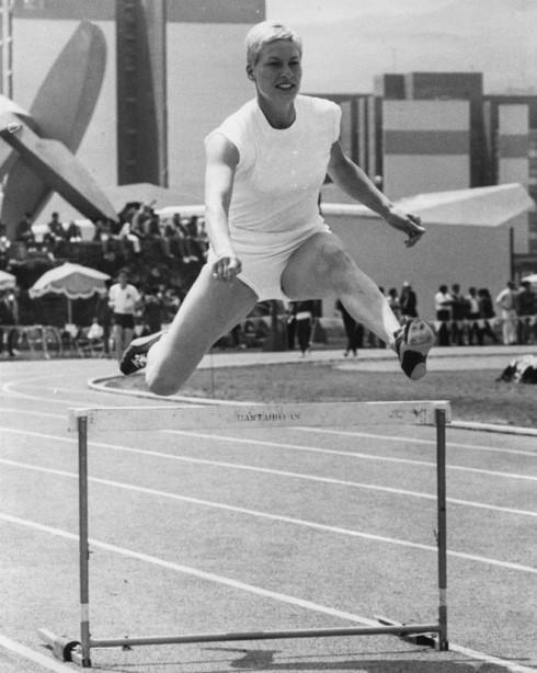Vận động viên người Anh - Pat Bryce-Nutting nhảy qua hàng rào khi tập luyện tại Mexico năm1968.