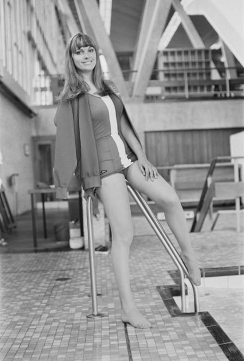Người mẫu Margaret Middleton mặc bộ trang phục tắm của nhà thiết kế Hardy Amies tại thế vận hội Mexico năm 1968.