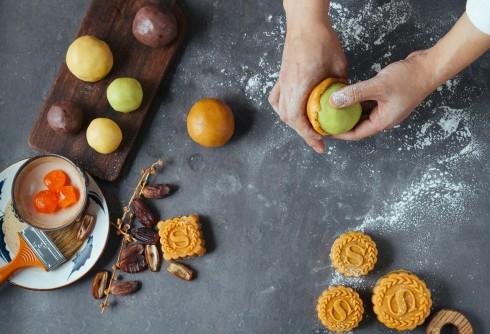 Những chiếc bánh nướng với 6 hương vị đa dạng như dừa non, hạt sen hay trà xanh được làm thủ công.