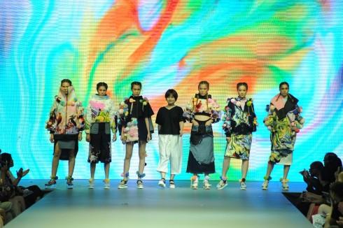 NTK Đỗ Hồng Hạnh và tác phẩm của mình tại show diễn.