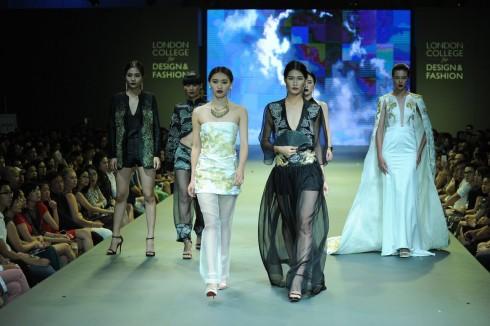Phom dáng trang phục được phát triển dựa trên hình dạng của con rồng và những bộ trang phục truyền thống đặc trưng người phương Đông.