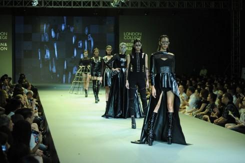 Màu đen trơn trong BTS dựa trên nền nhiều chất liệu vải tạo hiệu ứng bề mặt như da, da lộn, lưới.