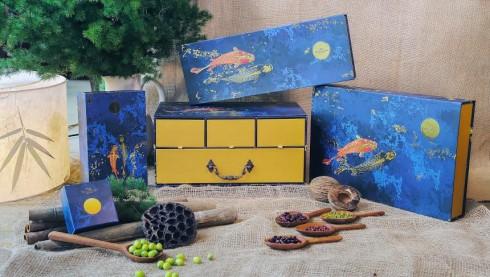 Thiết kế hộp đặc biệt với hình tượng cá chép chơi cùng Trăng Thu.