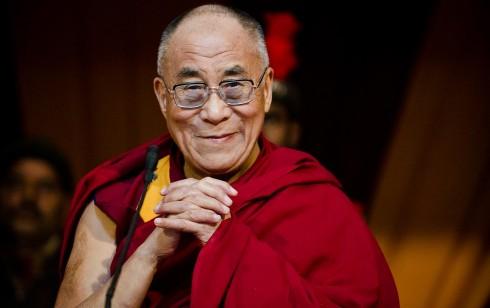 Dalai Lama wallpaper 490x308 20 triết lý về cách sống bình dị của Đức Đạt Lai Lạt Ma