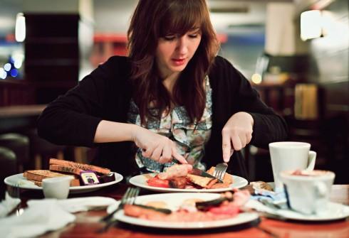 Bạn thường cắt, chia thức ăn thành từng miếng nhỏ rồi mới từ từ thưởng thức, đây là thói quen của người cực kỳ cơ trí và có tư duy hơn người.