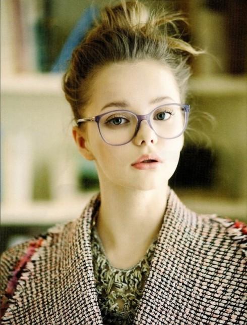 Cô gái đeo mắt kính