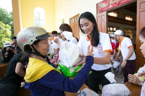 """Hơn 24.000 phần quà đã được chuyến xe """"Thương về miền Trung"""" trao đến tay người dân"""
