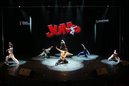 Jump là chương trình biểu diễn nghệ thuật không lời kể về câu chuyện hài hước của một gia đình đối phó với những tên trộm dựa trên nền nhạc hiện đại kết hợp màn biểu diễn Taekwondo hấp dẫn.