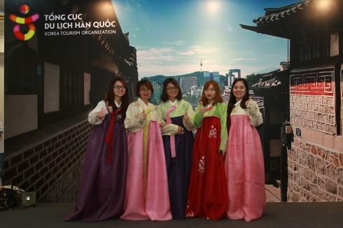 Hoạt động mặc thử trang phục truyền thống thu hút các bạn trẻ.