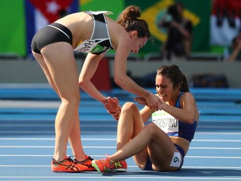 Vận động viên điền kinh người New Zealand, Nikki Hamblin đã dừng lại để giúp đỡ vận động viên người Mỹ Abbey D'Agostino